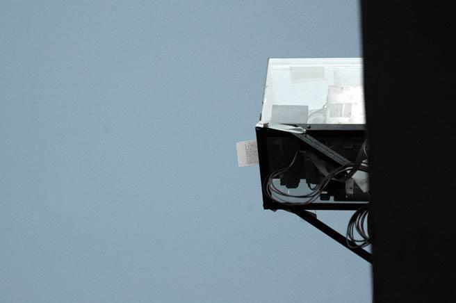 AMBIENTE DE ESTEREO REALIDAD 2 en colaboracion con ENRIQUE MAYORGAVista de instalaciónImpresoras térmicas, programa autónomo de búsqueda de información, papel térmico.2005 – 2008