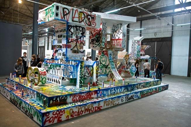 MONUMENTOS VANDALIZABLES: ABSTRACCION DE PODER 1 Y 2Vista de instalaciónMd, latas de spray, marcadores, pintura, brochas.Bienal de Mercosur, Porto Alegre, Brazil2009