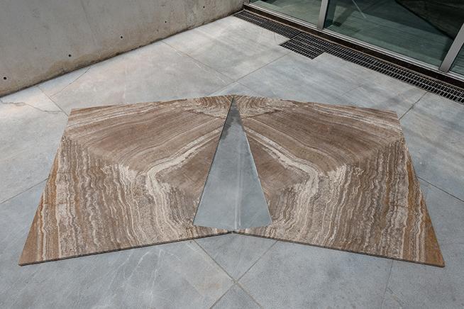 LagunaTravertino pulido a mano, acero inoxidable, policarbonato296 x 150 x 2.4 cm2015