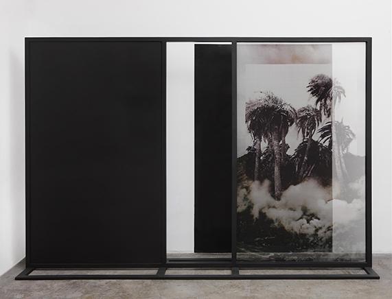 Fading Field N. 3Impresión digital sobre chiffon de seda, estructura de madera, mdf200 x 291 x 58 cm2012