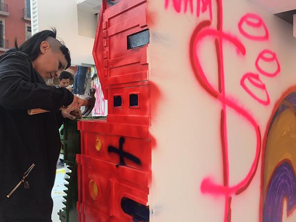 MONUMENTOS VANDALIZABLES N.6 ABSTRACCIÓN DE PODERDetalle de instalaciónMD, latas de spray, marcadores, pintura, brochasMAZ Museo Guadalajara, México2017
