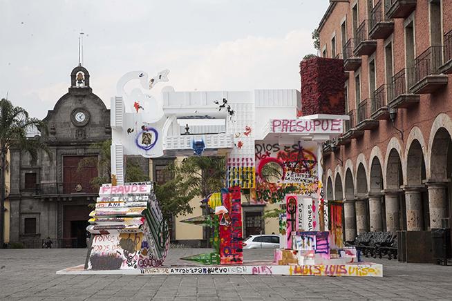 MONUMENTOS VANDALIZABLES N.6 ABSTRACCIÓN DE PODERVista de instalaciónMD, latas de spray, marcadores, pintura, brochasMAZ Museo Guadalajara, México2017