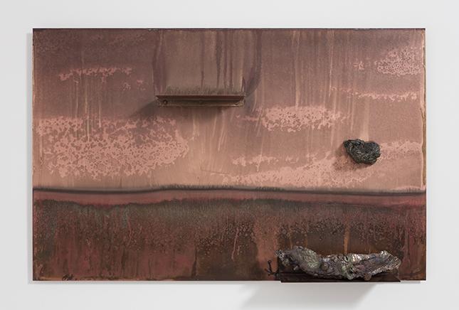 PAISAJE/REPISA ROJO (LANDSCAPE/SHELF RED)DetalleAcero chapado en cobre, corteza de árbol calcificada, minerales, cobre plateado y polvo de oro89 X 141 x 18 cm2016