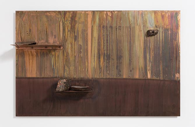 PAISAJE/REPISA AMARILLO (LANDSCAPE/SHELF YELLOW)DetalleAcero chapado en cobre, corteza de árbol calcificada, minerales, cobre plateado y polvo de oro89 X 141 x 18 cm2016