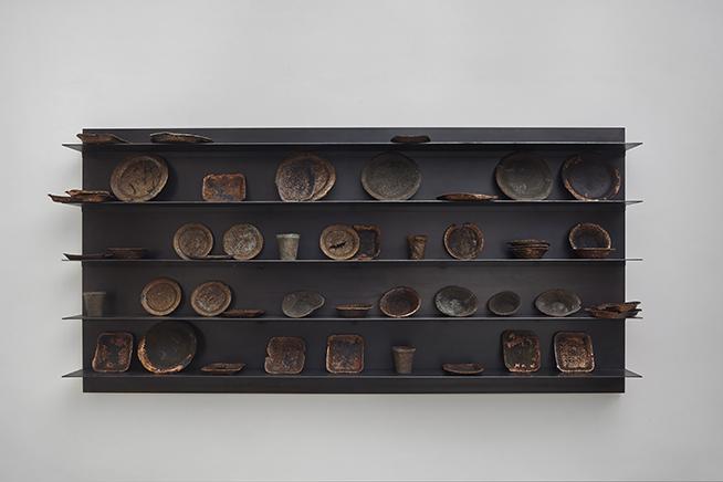 FUTURE OLD (AFTER KOUNELLIS)DetalleEstante de hierro, platos de poliestireno expandido electroplaqueados100 X 200 x 28 cm2016