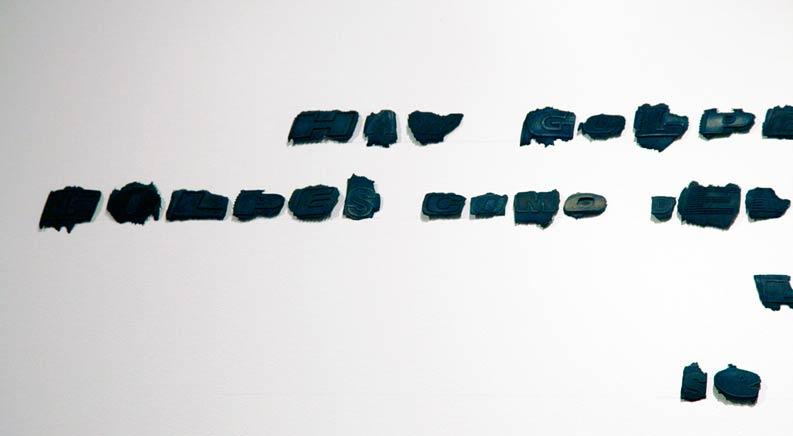 HERALDOS NEGROSDetalleLetras sacadas de neumáticos para automóvilesDimensiones variables2011