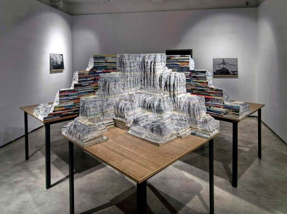INTERSECCION DE PAISAJEVista de instalaciónCuatro mesas de madera, acero, libros escolares tallados300 X 180 x 300 cm2010