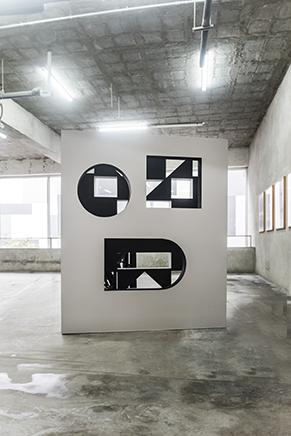 ST (UN MURO CONTRA UN NÚMERO)Instalación: MDF, triple, pintura de pared y fotografíasMedidas variables2018