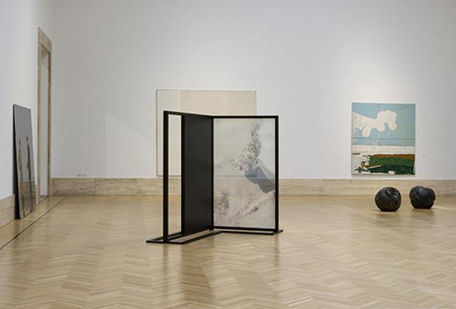 """FADING FIELDS N.12Impresión digital sobre chiffon de seda, estructura de madera, mdf, pintura negra mate206.10 x 165.15 x 235.85 cm2019Instalación """"Joint Is Out Of Time"""" en la Galleria Nazionale d'Arte Moderna e Contemporanea, Roma"""