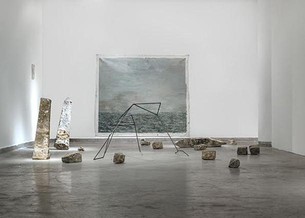 """PLUMBUM ORIÓNInstalaciónÓleo sobre lienzo, estructura de plomo hecha con balas encontradas derretidas, escombros encontrados en las isla de """"El Frontón""""2011Medidas variables2015"""