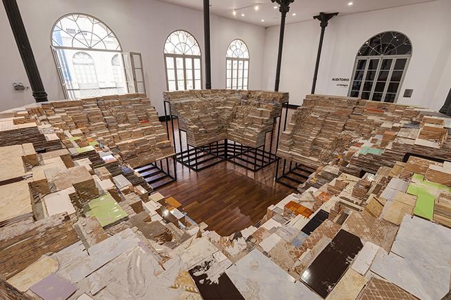 TRIBUNAEstructura de fierro, mayólicas caladas y libros640 X 640 x 240 cm2017Vista de instalación en el Museo de arte de Lima (MALI)
