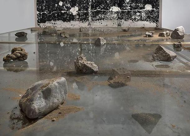 """PAISAJE 1Detalle, mesas de bronce, vidrio, y escombros de la isla """"El Frontón""""286 x 186 x 30 cm2015X Bienal de Mercosul, Porto Alegre, Brazil 2015"""