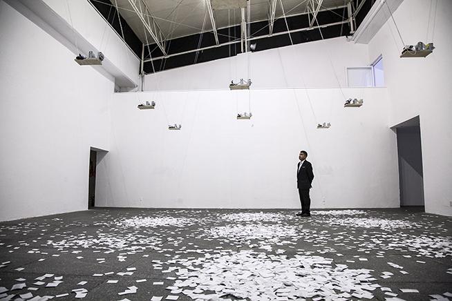 ¿CÓMO EXPLICA LO INEXPLICABLE?Vista de instalación -Sala de Arte Público SiqueirosImpresoras térmicas, papel térmico, programa autónomo de búsqueda de información2015
