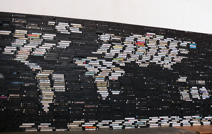 GEOGRAFÍACassetes de VHS y estructura de plexiglass250 x 170 cm2009