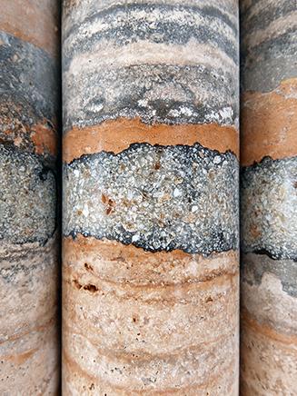 Tiempo perdidoDetalleTravertino tallado y pulido a mano, ónix, resina, acero inoxidable304 x 200 x 8.5 cm2015